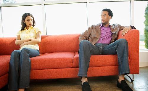 椅子に座る男と女