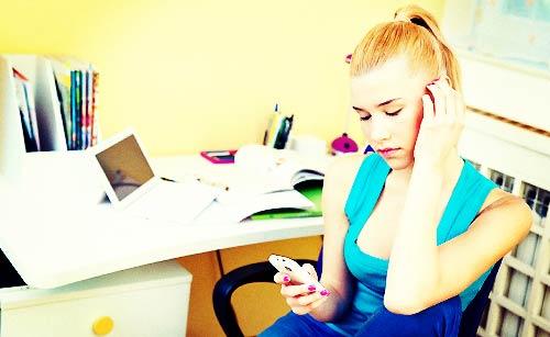 電話をするのに不安になる女性