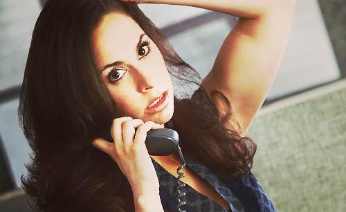 電話でケンカする女性