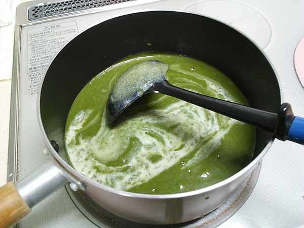 牛乳を入れ、よく混ぜながらしばらく煮ます