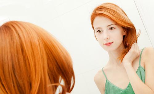 髪を茶髪に染める女性