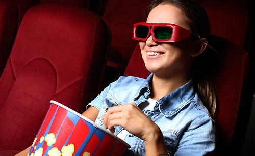 映画を楽しむ女性