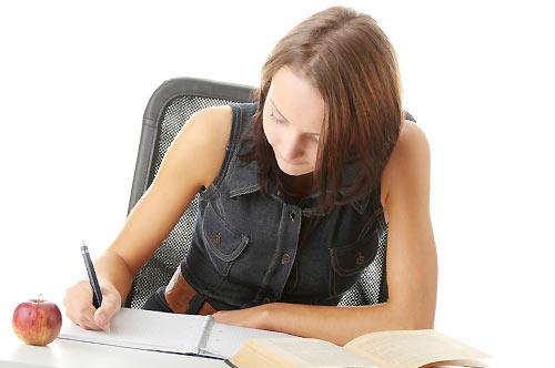 ノートを執る女性