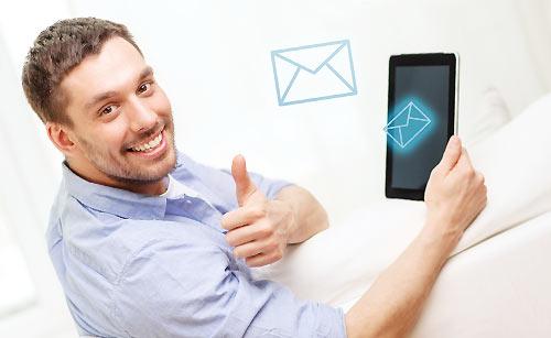 メールを受け取る男性