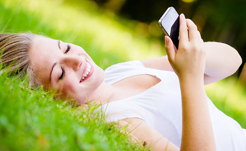 恋にドキドキしながらメールを送る女性