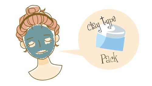 パックを塗る女性