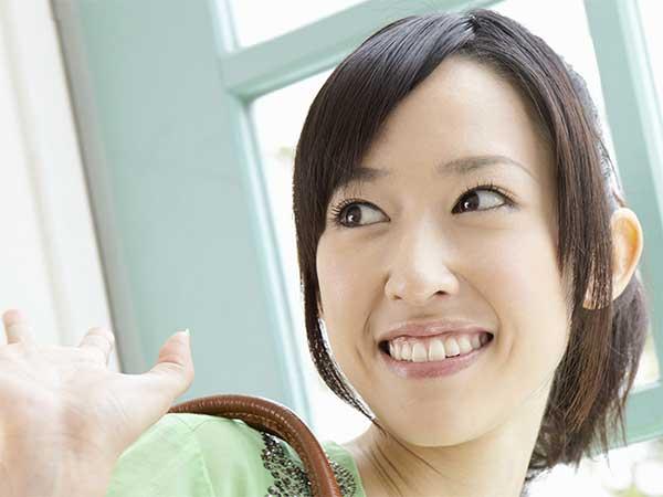 笑顔で挨拶する女性
