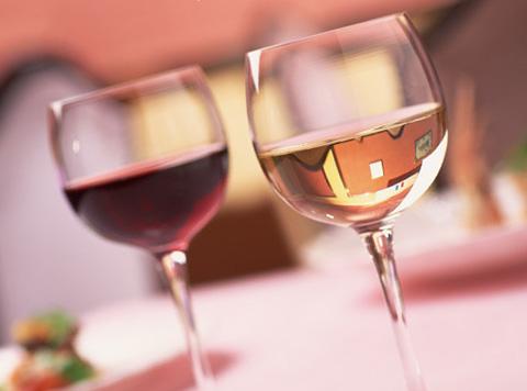 レストランのテーブルの上に乗っているワインの入った2つのグラス