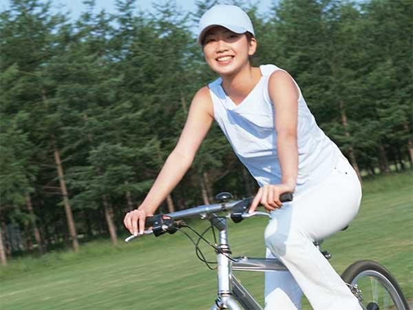 笑顔で自転車に乗る女性
