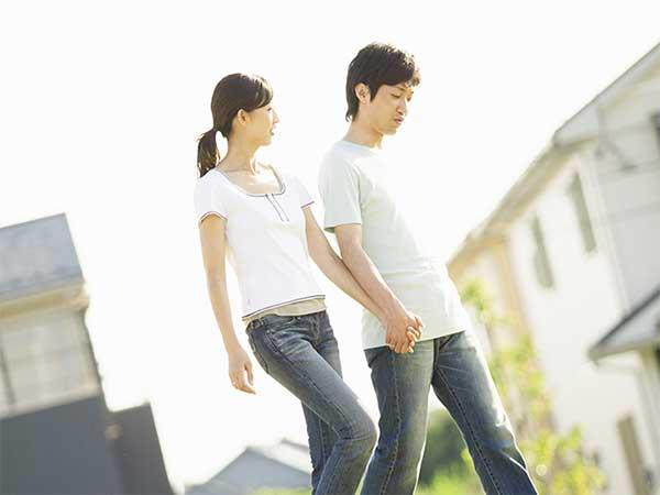 仲良く手をつないで歩くカップル