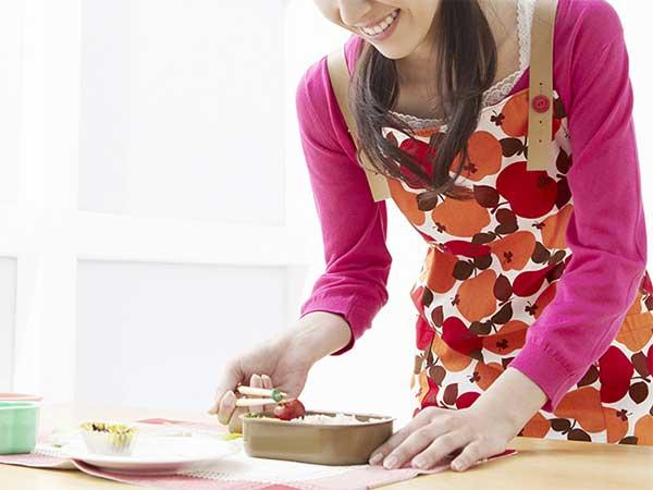 お弁当を作っている女性