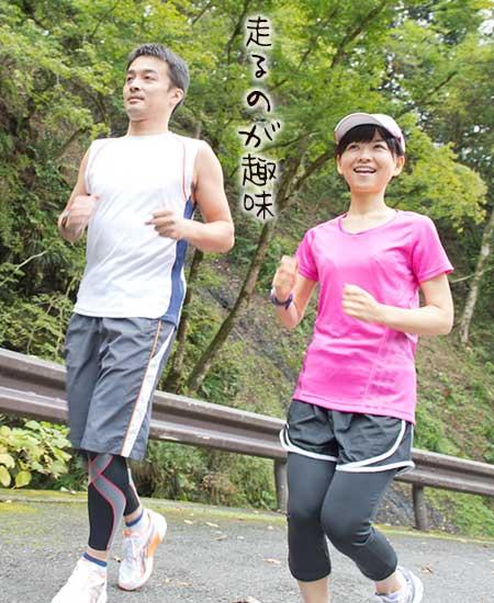 男女が並んでジョギングしている