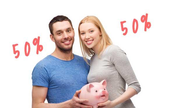 豚の貯金箱を持ったカップル