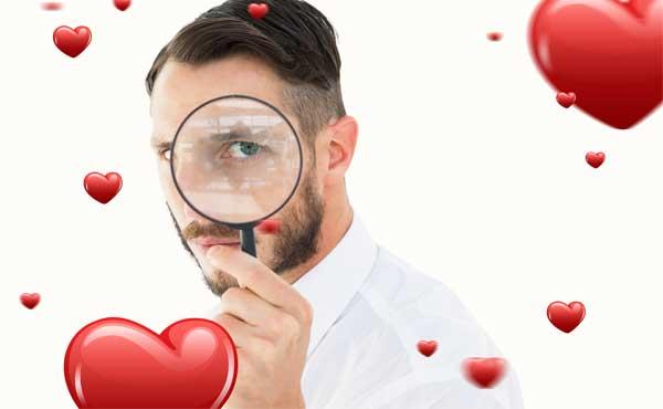 虫眼鏡で恋愛対象を見つめる男性