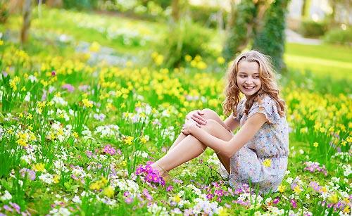 草原で座る女の子