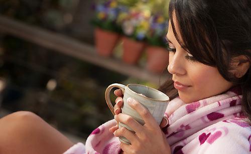 あったかい紅茶を飲む女性