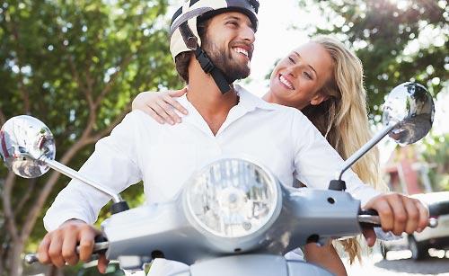 バイクに乗ったカップル