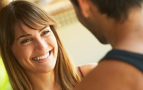 恋人を見つめる女性