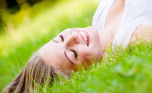 笑顔で寝転がる女性