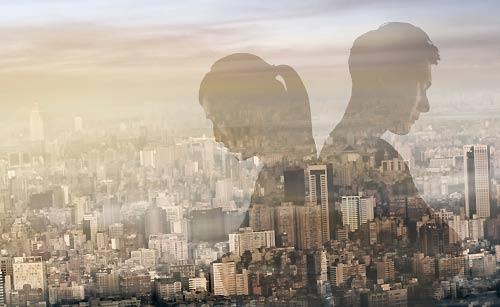 背中合わせのカップルの影