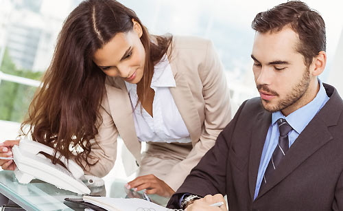 仕事に励む女性