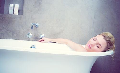 お風呂につかる女性