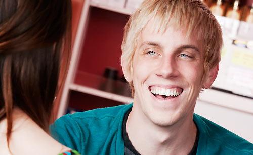 笑顔で会話する男性