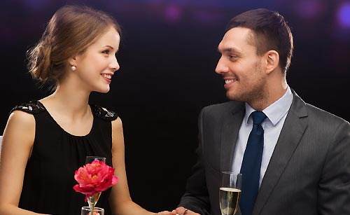 夕食の会話を楽しむ男と女