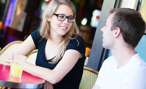 カフェで会話する男と女