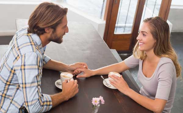 落ち着けるカフェデートをするカップル