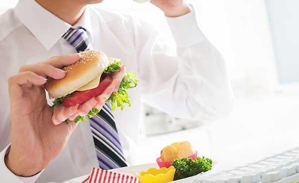 お弁当を食べる男性