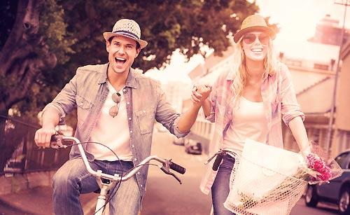 仲良く自転車に乗るカップル