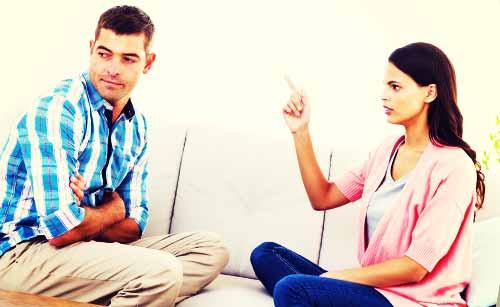 彼氏を尋問する女性