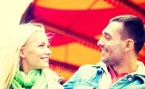 遊園地でデートを楽しむカップル