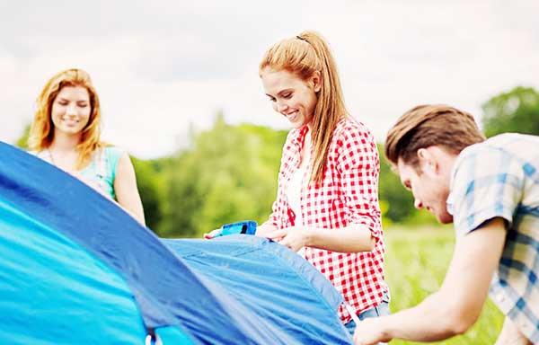 キャンプを始める男女