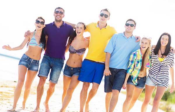 砂浜で散歩を楽しむ男女