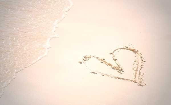砂浜のハート愛のイメージ