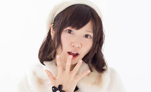 白いダフルコートを着た女性