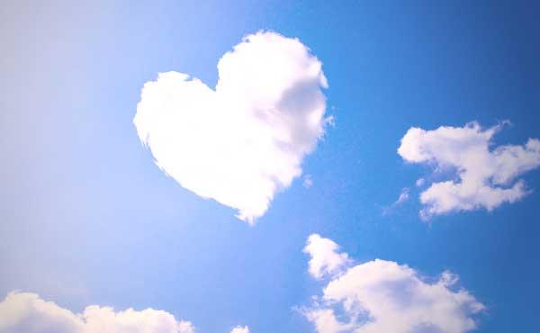 空に浮かぶハートの雲
