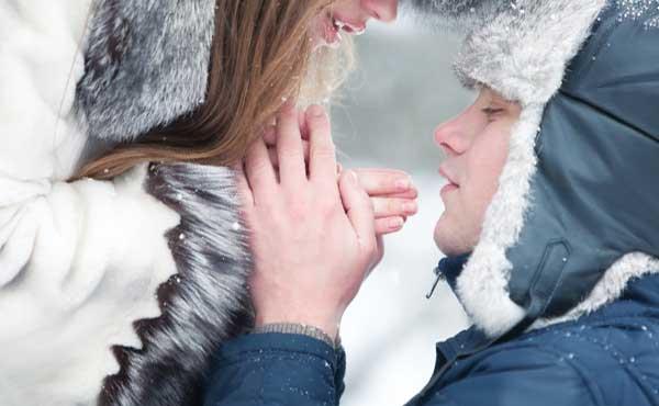 彼女の手を温める男性