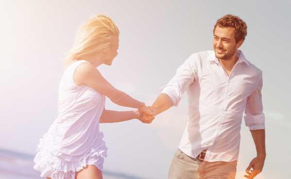 幸せそうな恋愛をしているカップル