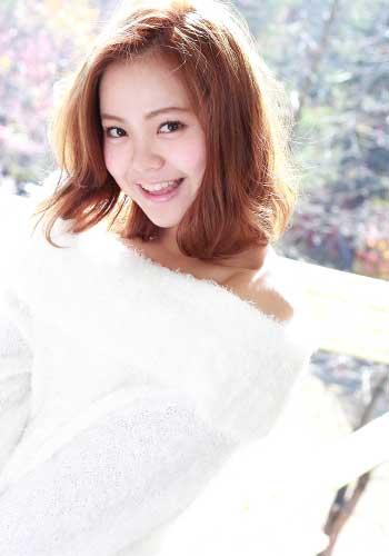 白いセーターを着た女性
