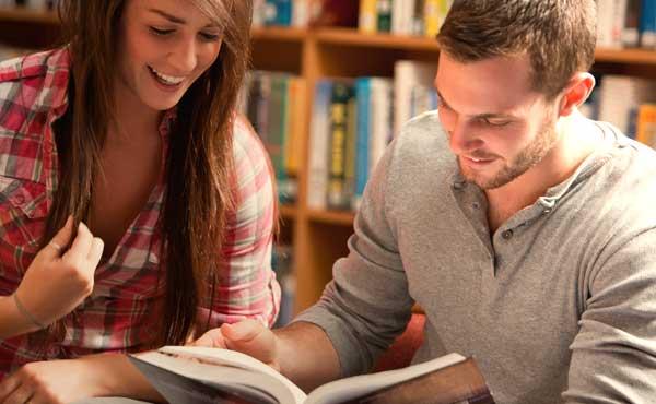 2人きりで本を読む男女