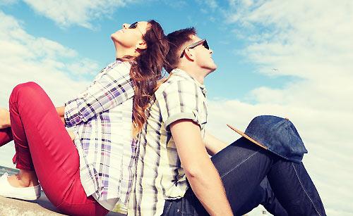 新しい土地で空を見上げるカップル