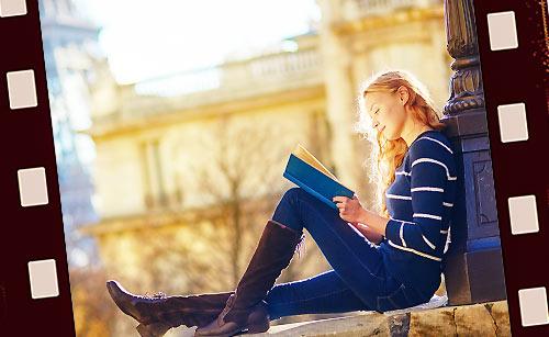 独り本を読む女性