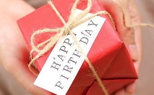 誕生日プレゼントを渡す