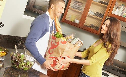 恋人の料理を手伝う女性