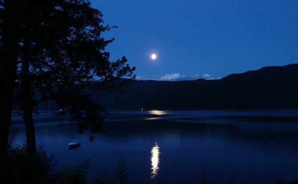 遠い空で輝く月