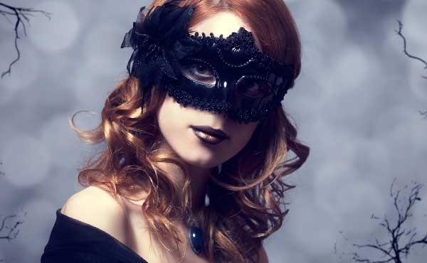 仮面のような化粧をした女性