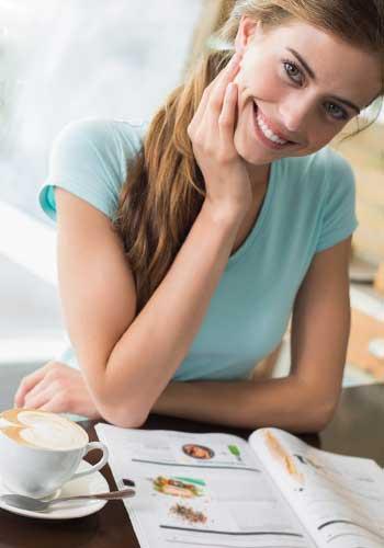 しっかりと自立して勉強と仕事に励む女性